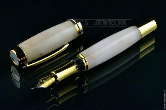 Перьевая Подарочная ручка изготовлена из композитного прессованного мрамора белого цвета с легкими прожилками коричневого цвета. Фурнитура изготовлена из ювелирной бронзы и позолочена  750-ой пробой