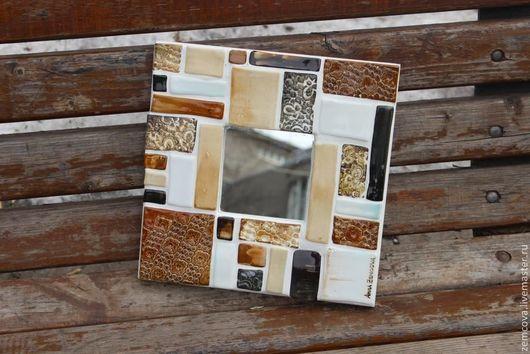 Зеркало `Оттенки кофе`,декорированное керамической мозайкой, разных оттенков кофейного и карамельного цвета Ручная работа,выполненная в единственном экземпляре  Можно поставить на комод, или повесить на стену  Размер:25 на 25