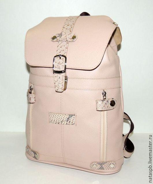 Рюкзак «Роза ветров» сшит из мягкой плотной кожи бежево-розового цвета. В качестве отделочной кожи используется кожа под рептилию, которая красиво контрастирует на фоне основной кожи.