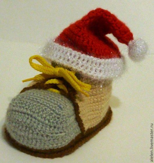 Вот так можно использовать дом в качестве рождественского подарка, спрятав подарок внутри ботинка и закрыв рождественской шапочкой!