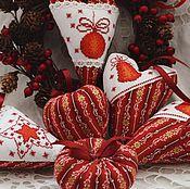 Подарки к праздникам ручной работы. Ярмарка Мастеров - ручная работа Набор текстильных подвесок с вышивкой, красный. Handmade.