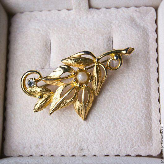 Винтажная брошь `Золотая веточка`, Германия, 1970-80-е гг, ювелирный сплав цвета светлого золота, кристаллы, жемчуг, в идеале (состояние на фото), 5,6 х 3 см. Цена 1000 рублей.