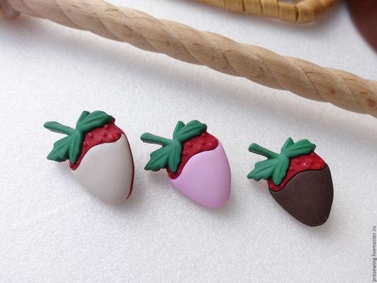 Пластиковые пуговицы на ножке в виде сладостей: клубника в йогурте, клубника в шоколаде. Для ваших скрап-работ, декоративных и подарочных штучек.