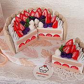 Кукольная еда ручной работы. Ярмарка Мастеров - ручная работа Торт из фетра с клубникой и печеньем из 6 кусочков. Handmade.