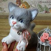 Куклы и игрушки ручной работы. Ярмарка Мастеров - ручная работа Серо-белый котенок. Handmade.