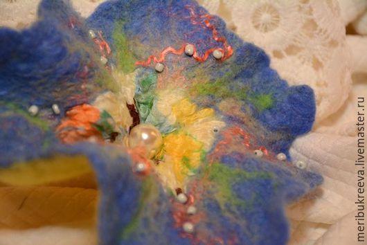 Нежная, очень лёгкая брошь-заколка. Сваляна на шёлке. в технике мокрого валяния с использованием волокон вискозы . Декорирована бусиной и бисером. Её можно использовать как брошь и как заколку.