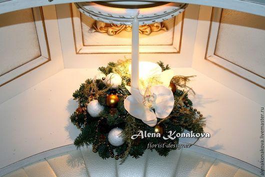 Праздничная композиция со свечей из живой хвои (нобилис) создаст праздничную атмосферу и настроение в Вашем доме! Аромат  хвои будет напоминать Вам, что главный праздник года уже совсем близко!) Преимущество этой работы в том, что не требуя никакого ухода, она спокойно простоит все праздники, и даже дольше, не испортив своего вида. Так же, это замечательный подарок близким и друзьям!