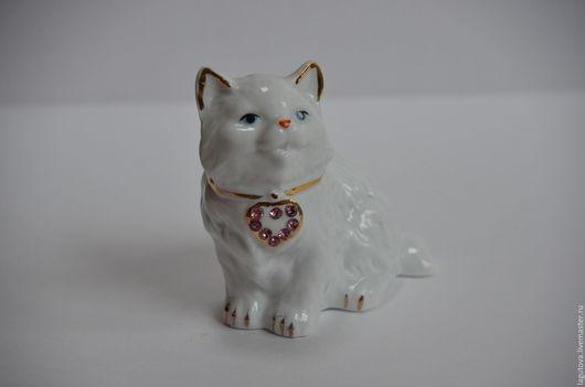 Винтажные предметы интерьера. Ярмарка Мастеров - ручная работа. Купить Фарфоровая статуэтка кошка с сердцем винтаж 90-е. Handmade.