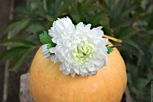 Ободок с хризантемой, полураспустившемся цветком и бутоном. - 650р.