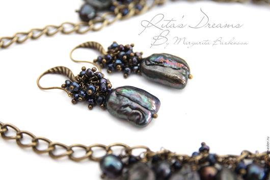 Колье и серьги из прекрасного жемчуга разных форм черного цвета с красивым перламутровым отливом лилового оттенка.