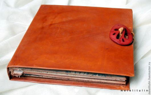 Фотоальбом винтажный кожаная обложка. Застежка- дизайнерская пуговица. Книжный переплет.14 страниц + 7 фотографий  можно разместить дополнительно+ потайной кармашек. Прекрасный подарок для наших родны