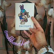"""Канцелярские товары ручной работы. Ярмарка Мастеров - ручная работа Обложка на паспорт с вышивкой """"Мишка с подарками"""". Handmade."""
