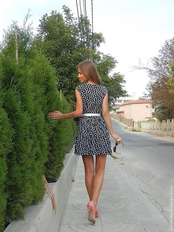 девушка в платье и пальто фото