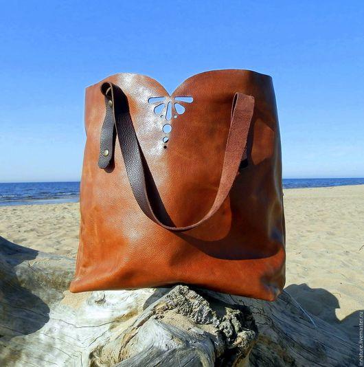 Шоппер ( «сумка для покупок») — вместительная сумка, которая подходит для носки на каждый день. По форме она, чаще всего ,напоминает пакет с двумя большими и удобными ручками.