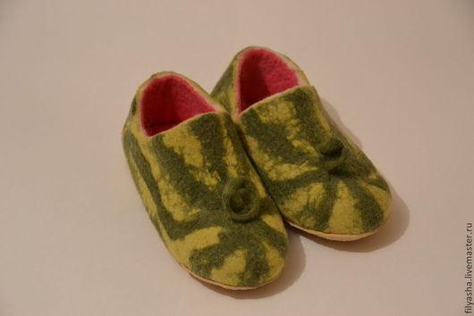 Обувь ручной работы. Ярмарка Мастеров - ручная работа. Купить Тапочки валяные - Арбузные корочки. Handmade. Зеленый, тапочки из войлока