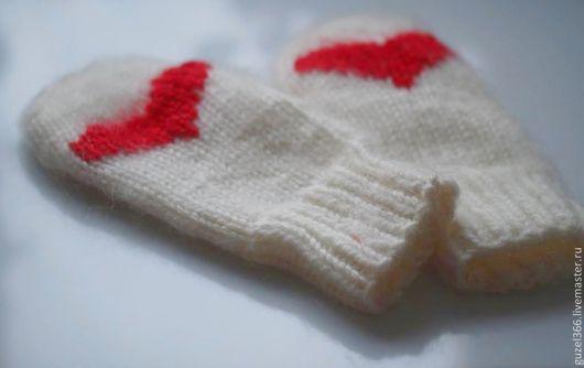 белые варежки  вязаные ручной работы из овечьей шерсти с вышивкой `сердечко` из немецкого мохера