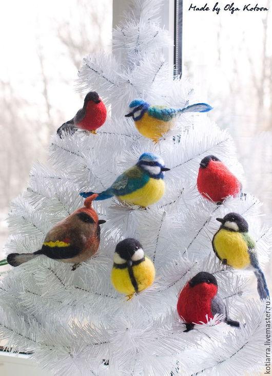 Птички станут отличным украшением на елку или комнатное растение.