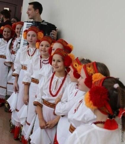 Костюм по мотивам народного костюма.В комплекте :юбка , рубаха, передник, головной убор в виде повязки.