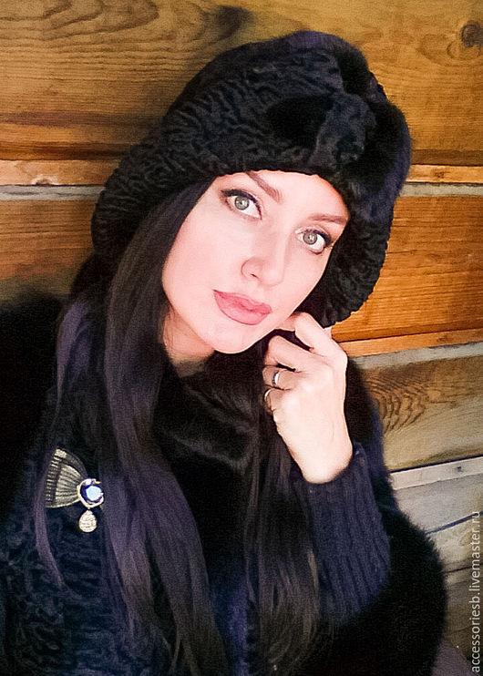 Шляпа из меха каракульчи Svakara.Мягкая,не формованная.Возможно носить в разных формах поля.Украшение изготовлен но из меха норки и стриженной норки.Так же добавлены кристаллы Swarovski в чёрном цвете