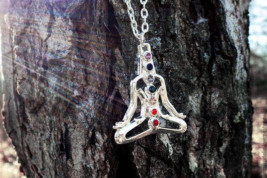 Кулон Звенит тишина в океане покоя. Медитация, йога, семь чакр, радуга. Размер подвески 4х3,5 см, длина цепи 52 см. Подвеска йога родирована