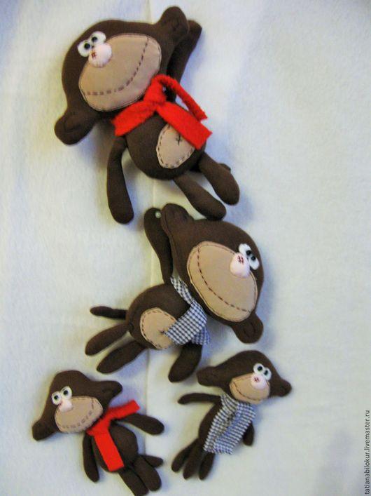 Веселым обезьянкам На месте не сидится. Веселым обезьянкам  Так хочется резвиться. Они всем корчат рожи, Хватают все  подряд. Они, вполне возможно, Берут пример с ребят!