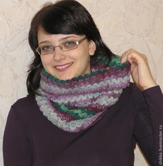 Женский полушерстяной шарф-снуд крупной вязки.  Шарф, снуд, труба, воротник, хомут связан крючком из фантазийной секционной пряжи.