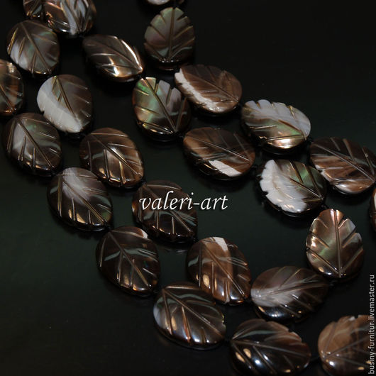 Бусины резные листики из натурального перламутра  размером 17 х 12 мм. Тёмный