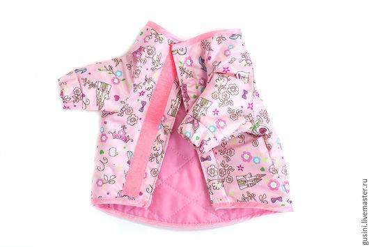 Курточка из плащевки с принтом `Принцесса`.  Застежка липучка на животике. Подкладка - стеганая плащевка на синтепоне.  Рукава реглан.  Манжетики на резинках.  Возможно изготовление по индивидуа