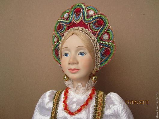 Кукла Варвара-краса в богатой одежде вызывает желание смотреть на куклу бесконечно.  Золотые серёжки, бусы из бисера, длинная толстая коса с бантом, шёлковый сарафан и традиционная душегрея.