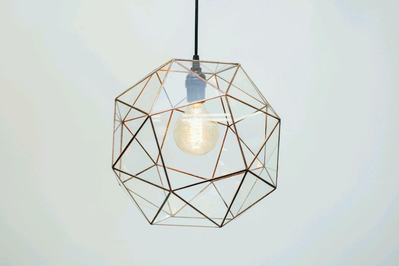 Подвесной геометрический светильник из стекла ручной работы.