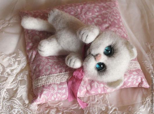 Игрушки животные, ручной работы. Ярмарка Мастеров - ручная работа. Купить Кошечка валяшка игрушка из шерсти. Handmade. Белый, кот