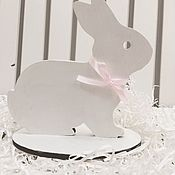 Подарки к праздникам ручной работы. Ярмарка Мастеров - ручная работа Пасхальный заяц на поставке. Handmade.