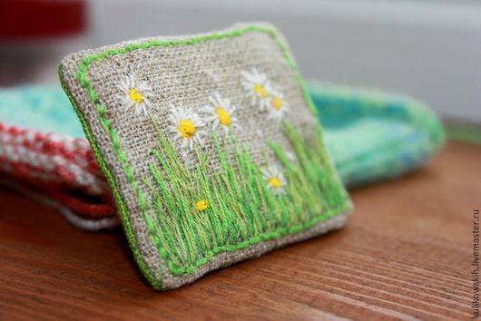 Броши ручной работы. Ярмарка Мастеров - ручная работа. Купить Брошь текстильная с вышивкой Ромашки. Handmade. Ярко-зелёный, поле