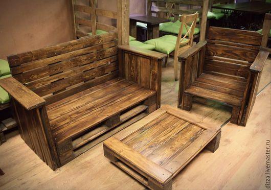 При заказе свыше 10 комплектов действует скидка - 10%, при заказе свыше 20 комплектов - 20%. Брутальная мебель из европаллет для кафе, летней веранды, патио. В комплект входят 2 дивана, 1 стол.