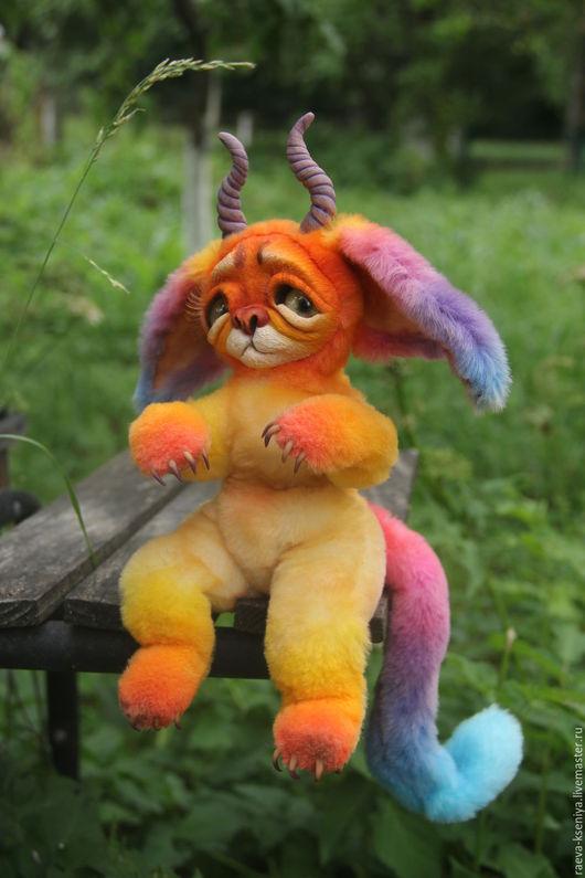 Радужный кот.  Смешанная техника, итальянский мутон, запекаемый пластик, латунный гнущийся каркас, стеклянные глазки, набивка синтепоном, реснички, тонировка сухой пастелью. Рост 26 см.Радужный кот.
