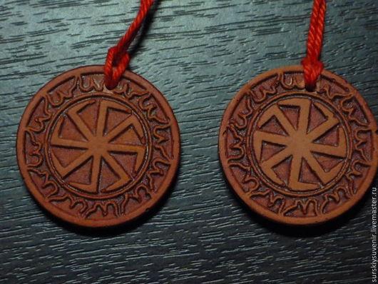 (Слева направо) ЛАДИНЕЦ -символ рожающей силы бога, поэтому он считался олицетворением Лады. Его носили главным образом замужние женщины.чтобы сохранить лад, мир в доме.  КОЛОВРАТ - солнечный знак,