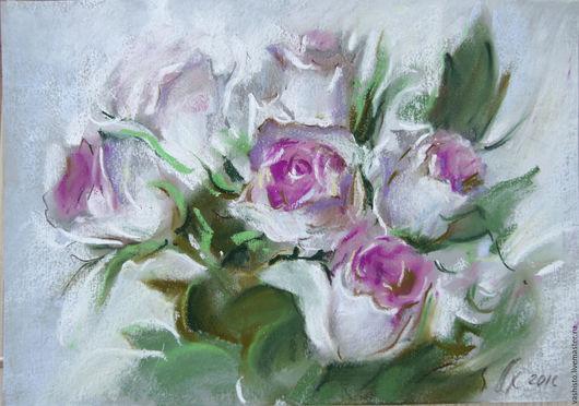 Небольшая картина пастелью. Белые розы. Очень лёгкая техника  пастели подчёркивает нежно-розовый цвет букета роз. Светлая картина с преобладающим белым цветом букета создаст уют и лёгкость в интерьере