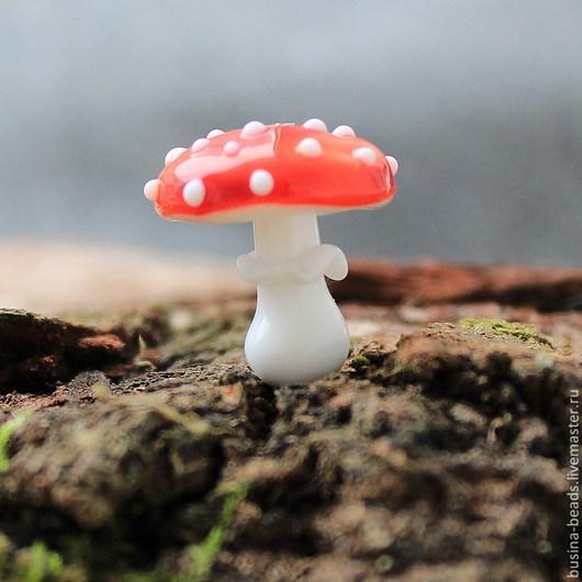 Красавец мухомор на белой ножке с юбочкой и в красной шапочке в белую крапинку:) Сделает ваше украшение неповторимым:)