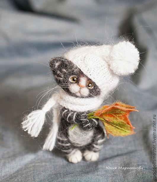Игрушки животные, ручной работы. Ярмарка Мастеров - ручная работа. Купить котенок и осенние листья.... Handmade. Серый, валяный котенок