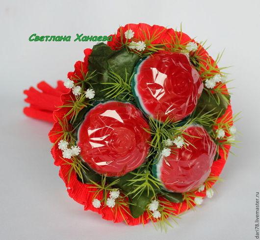Букет можно выполнить в красном, сиреневом, желтом, розовом и оранжевом цвете.