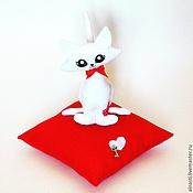 Куклы и игрушки ручной работы. Ярмарка Мастеров - ручная работа Белая кошечка на красной подушечке. Handmade.
