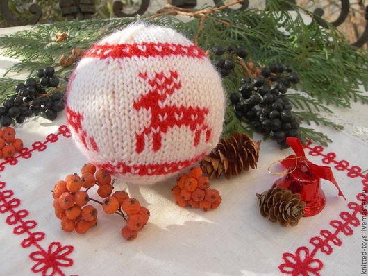 Новый год 2017 ручной работы. Ярмарка Мастеров - ручная работа. Купить Вязаный новогодний шарик с оленями (елочная игрушка). Handmade.