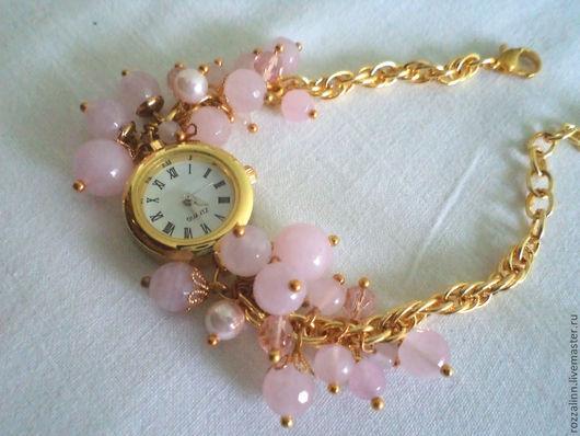 Часы в романтичном стиле с позолотой и бусинами розового кварца, жемчуга майорка и чешским стеклом