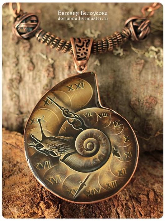 """Кулоны, подвески ручной работы. Ярмарка Мастеров - ручная работа. Купить Кулон с росписью """"Измеритель времен-2""""(улитка, часы,лаковая миниатюра). Handmade."""