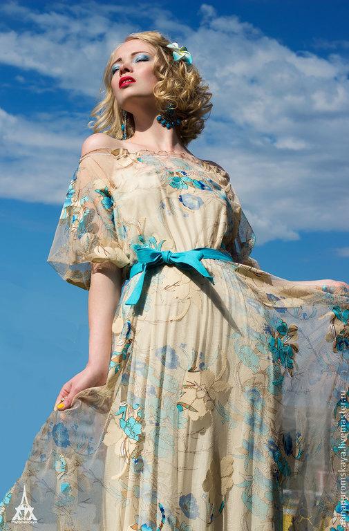 Платье цвета `айвори` с голубыми и синими цветами от дизайнера Анны Паромской