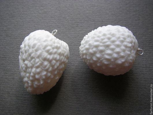 Фарфор-бисквит подчеркивает необычную фактуру ЛИЧИ, его задорный ершистый и при этом женственный характер.
