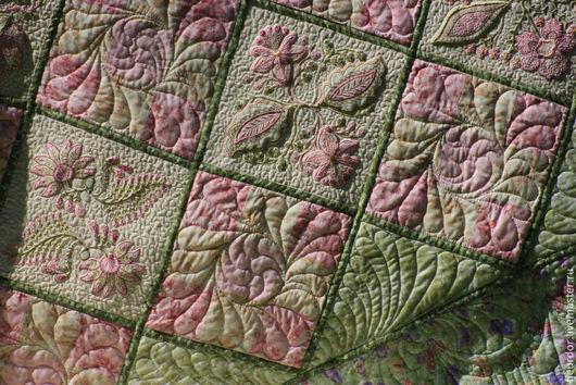 Вышитое одеялко и подушечки, украшенное художественной стежкой.