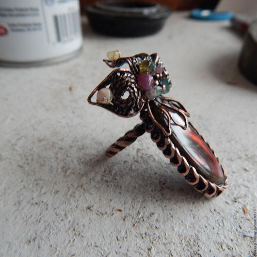 Кольца ручной работы. Ярмарка Мастеров - ручная работа. Купить Медное кольцо с аммолитом. Handmade. Радужные цвета, опал натуральный