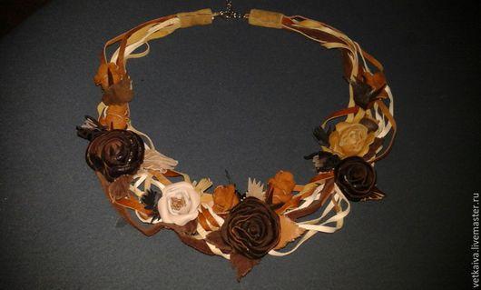 """Колье, бусы ручной работы. Ярмарка Мастеров - ручная работа. Купить """"Карамельная роза"""". Handmade. Коричневый, черный, цветы в украшении"""