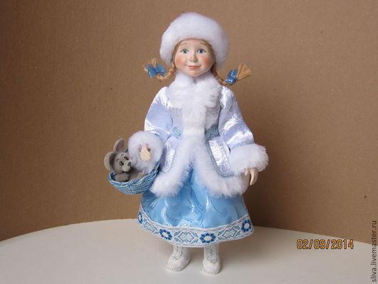 Кукл Девочка Снегурочка с косичками и корзинкой. В корзинке серый зайка. Девочка в бело-голубой одежде, белых сапожках, с глазами, удивленно смотрящими на окружающий мир.       Авторская фарфоровая к